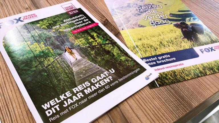 Magazine op tafel (vakantiebeurs)